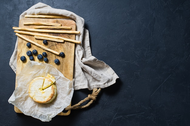 Brie français aux bleuets et craquelins. Photo Premium