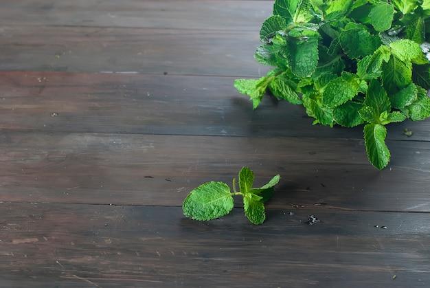 Brins de menthe fraîche bio sur la table en bois Photo Premium