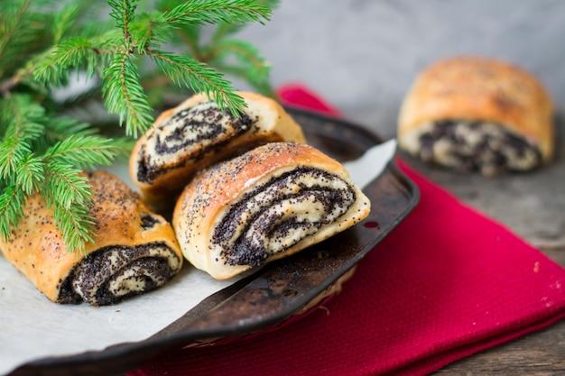 Brioches aux graines de pavot. boulangerie de noël. noël. petits pains du nouvel an. concept de petit déjeuner. pâtisserie Photo Premium