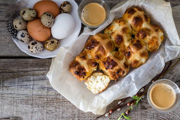 Brioches de pâques avec fond de bois rustique d'oeufs Photo Premium