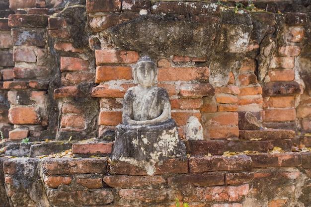 La brique ancienne bouddha est brisée. Photo Premium