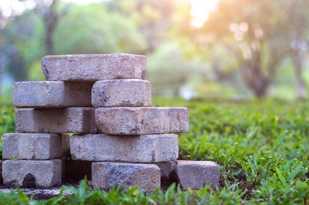 Briques de pavage et dalles sur l'herbe dans l'herbe Photo Premium