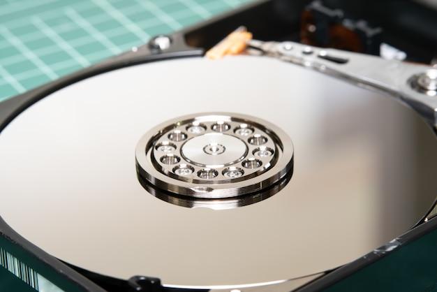 Broche avec plaque et bras de l'actionneur ouvert, lecteur de disque dur hdd. Photo Premium