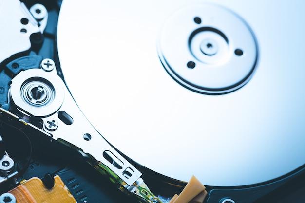 La broche et la plaque ont ouvert le disque dur hdd. Photo Premium