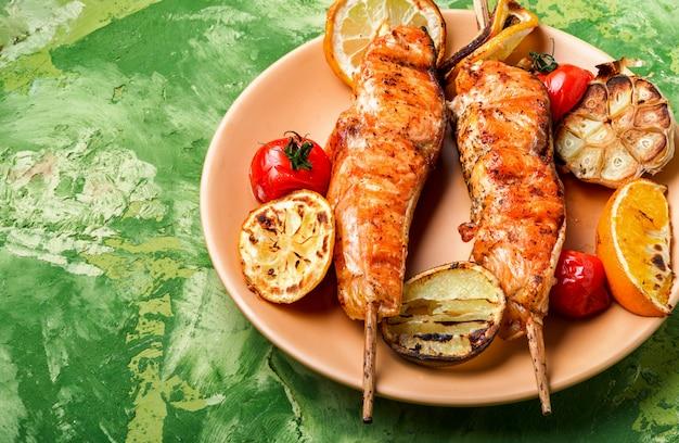 Brochette de saumon sur une assiette Photo Premium