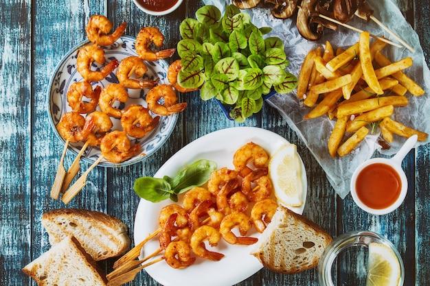 Brochettes de crevettes épicées bbq Photo Premium