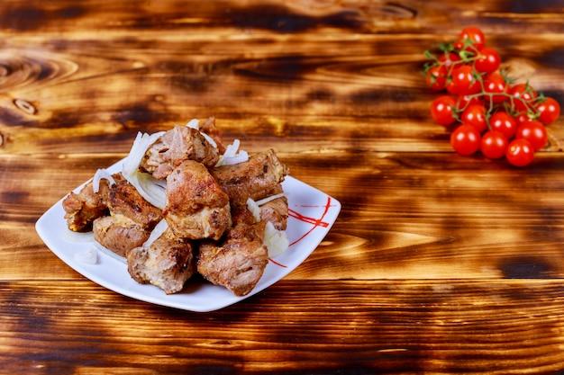 Brochettes cuites avec des légumes et des épices sur une planche de bois Photo Premium