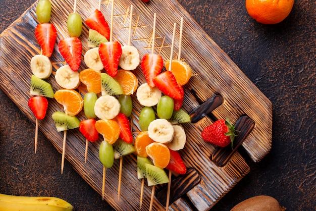 Brochettes de fruits Photo Premium