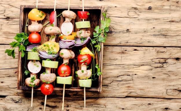 Brochettes de légumes grillés Photo Premium