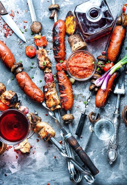 Brochettes de viande grillée, shish kebab Photo Premium