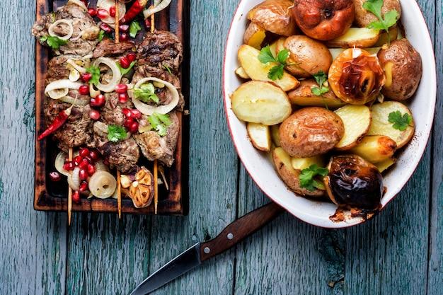 Brochettes - viande grillée Photo Premium