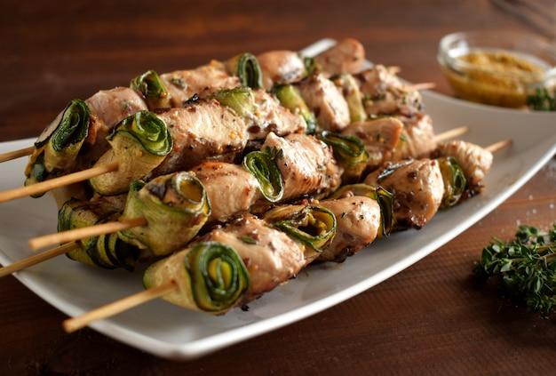 Brochettes de viande de poulet cuite. Photo Premium