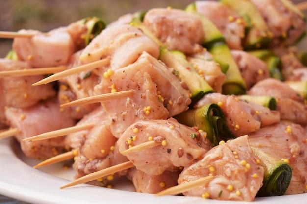 Brochettes de viande de poulet marinées crues. Photo Premium