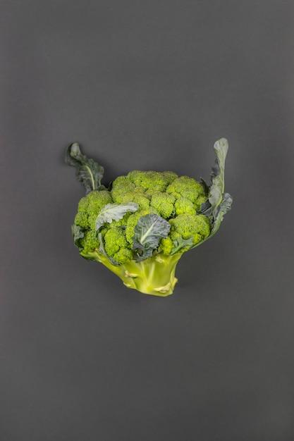 Brocoli sur fond vert minimalisme. alimentation saine. Photo Premium