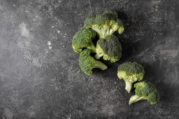 Brocoli frais sur une table sombre, concept de vue de dessus Photo Premium