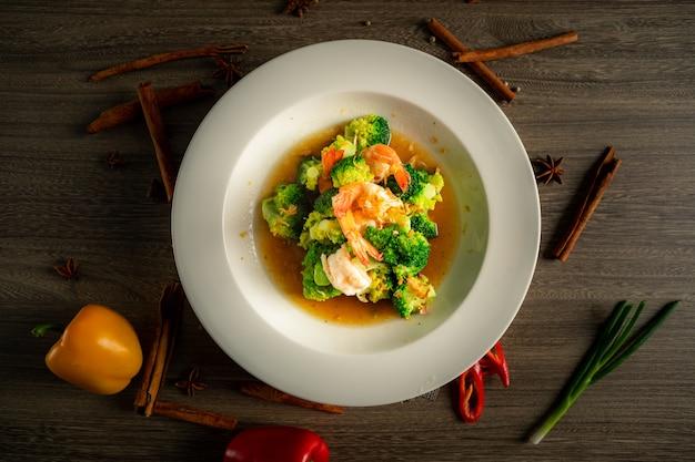 Brocoli Sauce Aux Huîtres Aux Crevettes. Photo Premium