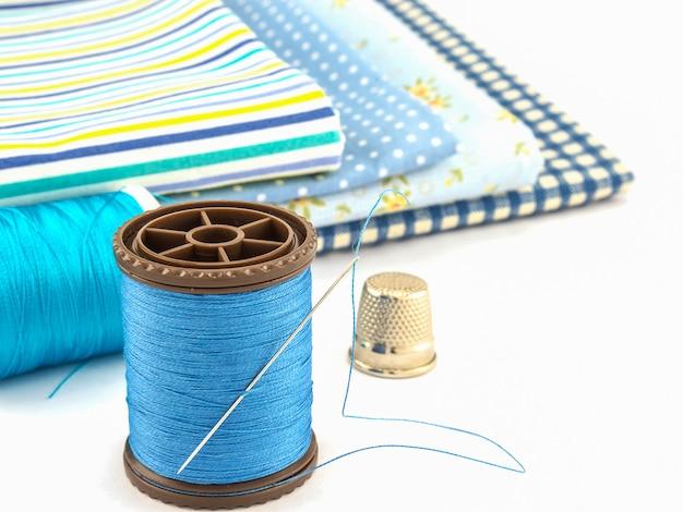 Broderie bleue sur fond blanc Photo gratuit