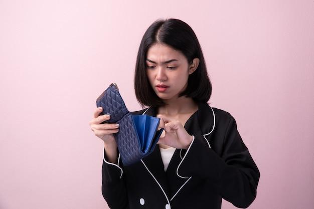 Broke femmes asiatiques ouvrir sac à main vide isolé sur fond Photo Premium