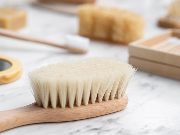 Brosse à cheveux à angle élevé sur une table en marbre Photo gratuit