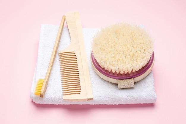 Brosse à Dents En Bois écologique, Peigne Et Brosse Pour Massage à Sec Sur Rose Photo Premium