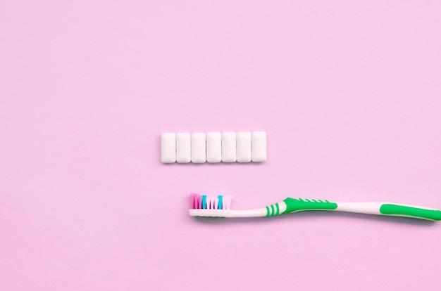 Brosse à dents et chewing-gums Photo Premium