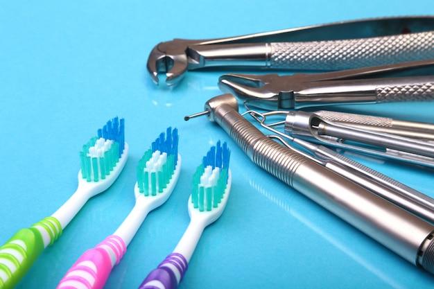 Brosse à dents de soins dentaires avec des outils de dentiste sur fond de miroir. Photo Premium