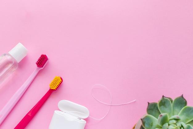 Brosses à dents, fil dentaire, bain de bouche à plat Photo Premium