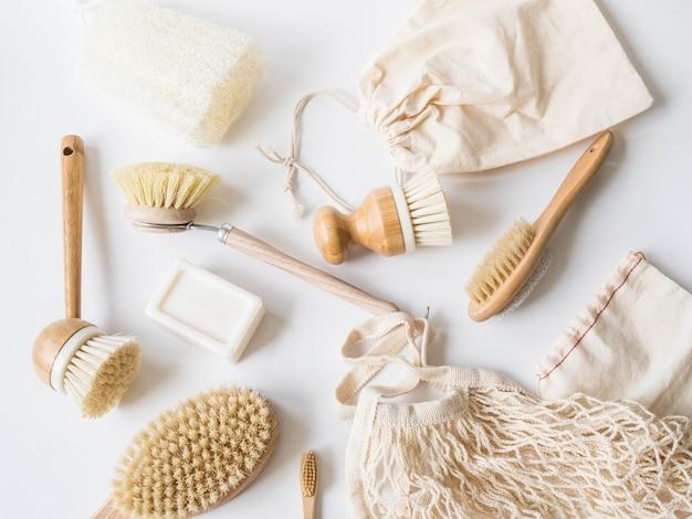 Brosses à vaisselle, brosses à dents en bambou, sacs réutilisables. Photo Premium