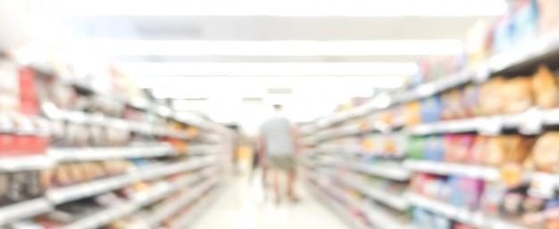 Brouiller l'image de l'allée dans un supermarché avec les clients Photo Premium