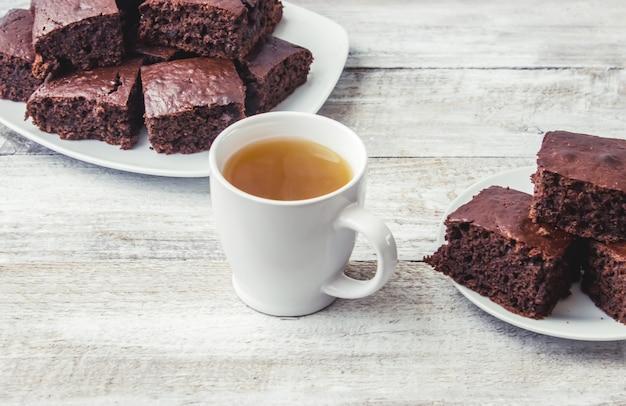 Brownie biscuit maison avec cham vert pour le petit déjeuner. mise au point sélective. fond en bois Photo Premium