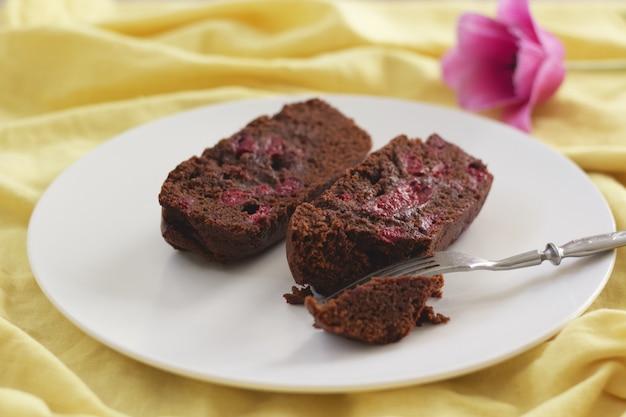 Brownie Cerise Sur Plaque Blanche Photo Premium