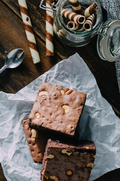 Brownie sur fond de table en bois Photo Premium