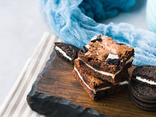 Brownies au fromage à la crème avec des biscuits Photo Premium