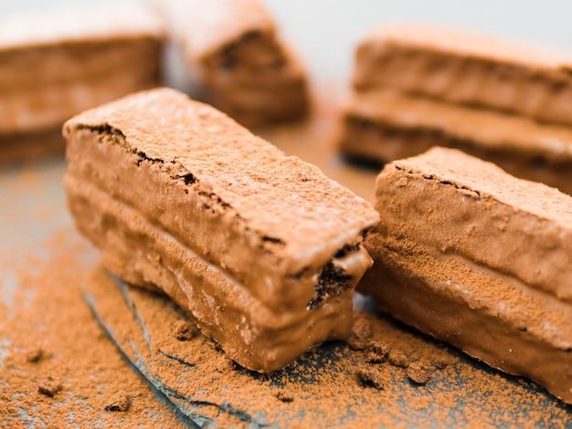 Brownies enrobés de chocolat et de poudre de cacao Photo gratuit