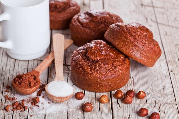 Brownies fraîchement cuits au four, lait, sucre, noisettes et cacao Photo Premium