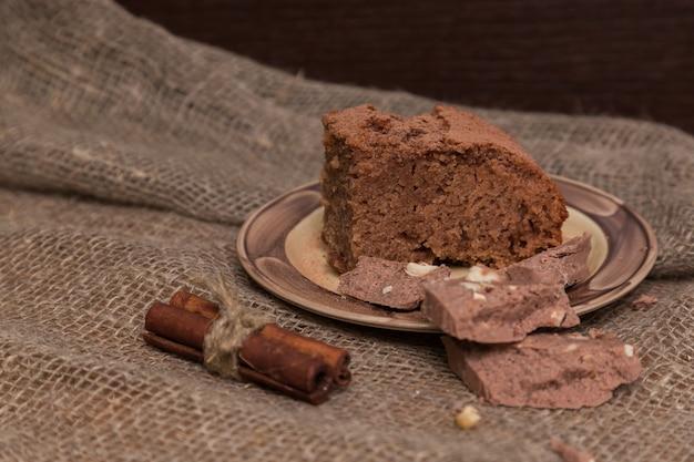 Brownies Frais Décorés De Zeste D'orange Sur Planche De Bois, Espace Pour Le Texte. Délicieuse Tarte Au Chocolat Photo Premium
