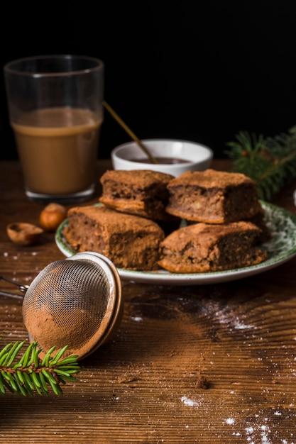 Brownies Gourmets Et Passoire Vue De Face Photo gratuit
