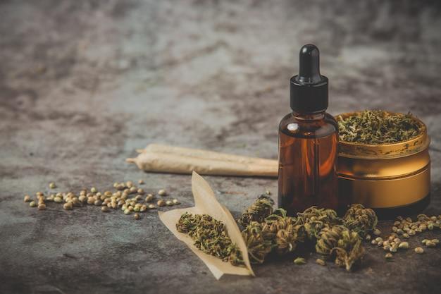 Broyeur De Mauvaises Herbes, Huile De Canabis Et Joint Sur Pose Photo gratuit