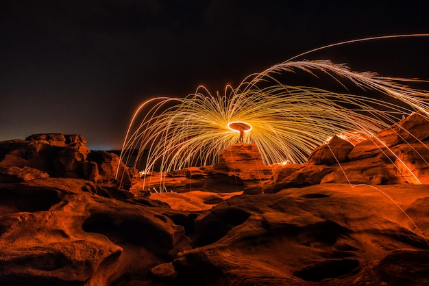 Brûler de la laine d'acier sur le rocher près de la rivière à sam phan bok à ubonratchathani, invisible en thaïlande. le grand canyon de la thaïlande. Photo Premium