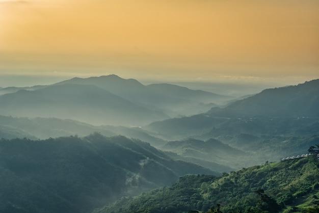 Brumeux Dans Les Montagnes Avec Ciel Dramatique Au Lever Du Soleil Photo Premium