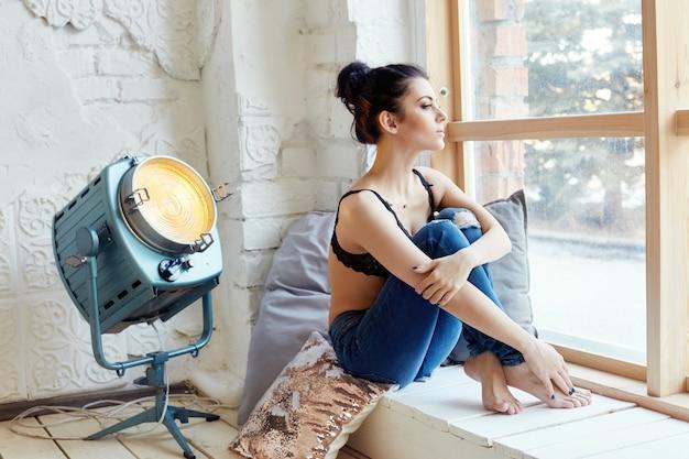 Brune dans la chambre silhouette et corps parfait Photo Premium