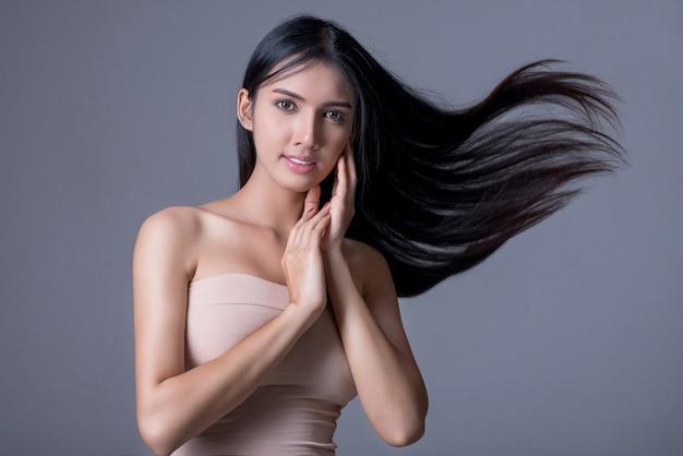 Brunette avec des cheveux ondulés longs et brillants Photo Premium