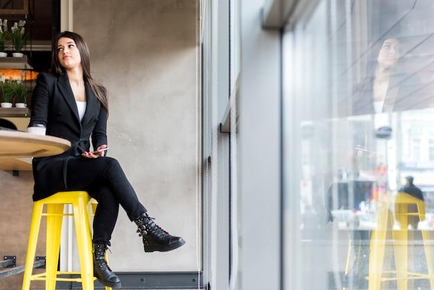 Brunette femme d'affaires en attente Photo gratuit
