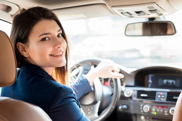 Brunette Femme D'affaires Au Volant Photo gratuit
