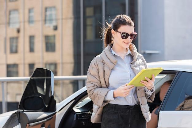Brunette femme d'affaires à l'extérieur Photo gratuit