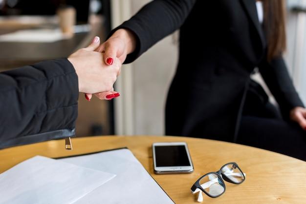 Brunette femme d'affaires faisant une négociation Photo gratuit
