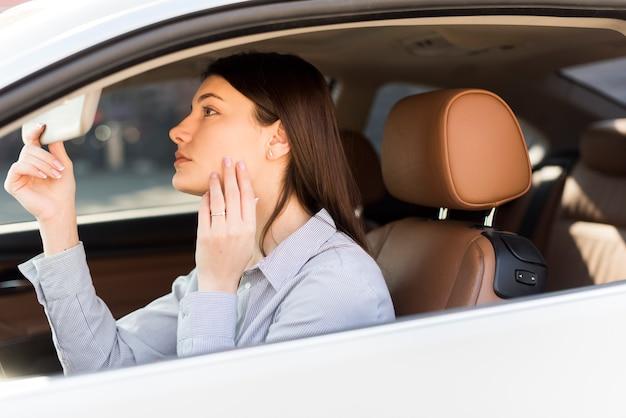Brunette femme d'affaires à l'intérieur d'une voiture Photo gratuit