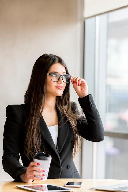Brunette femme d'affaires portant des lunettes Photo gratuit