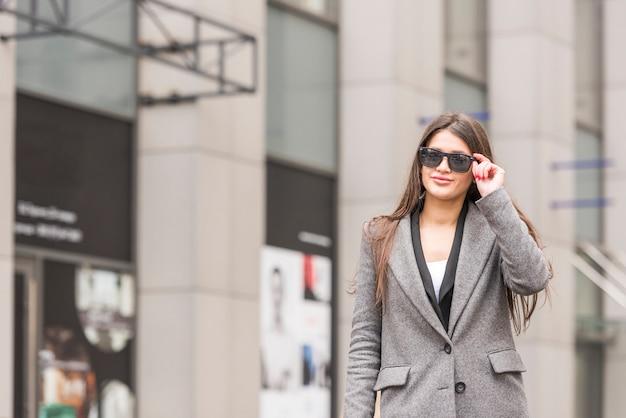 Brunette femme d'affaires posant Photo gratuit