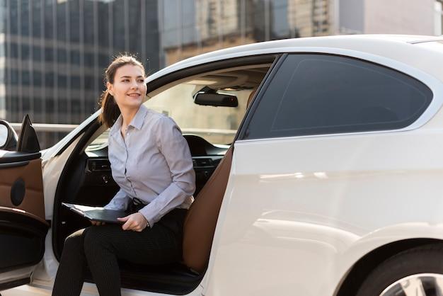 Brunette femme d'affaires avec voiture Photo gratuit